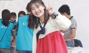 Thiếu nữ Hàn Quốc đắt khách ở lễ hội ẩm thực vì quá dễ thương