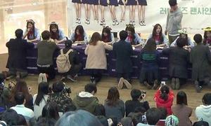 Thói quen quỳ nhận chữ ký thần tượng gây tranh cãi tại Hàn