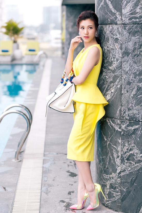 Chọn những bộ cánh sành điệu và hợp mốt của NTK Minh Huyền, Á hậu tự tin khoe vóc dáng xinh đẹp và làn da trắng ngần. Cô cũng kết hợp sành điệu với túi Lady Dior, Valentino và giày Christian Louboutin tăng độ sành điệu cho set trang phục. Ngoài ra, phấn nền tông nude, kết hợp phấn mắt và má hồng, son môi cam hồng tạo cảm giác tươi trẻ nổi bật cho Hoàng Oanh. 