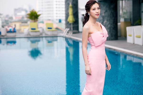 Ngoài ra, phấn nền tông nude, kết hợp phấn mắt và má hồng, son môi cam hồng tạo cảm giác tươi trẻ nổi bật cho Hoàng Oanh. 