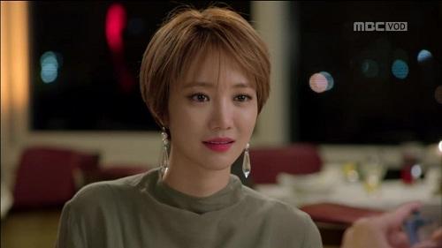 Cô nàng Go Jun Hee đã có một năm đại náo các tín đồ làm đẹp với mái tóc pixie tinh nghịch và cá tính. Thương hiệu Min Ha Ri lan tỏa khắp châu Á khiến các cô gái chạy đua với trào lưu tóc ngắn và trang điểm, ăn mặc theo phong cách của Jun Hee.