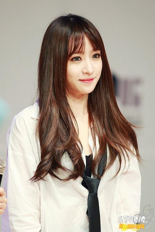 Ahn Hani- một trong những nữ thần sắc đẹp của làng giải trí Hàn Quốc. Cô là gương mặt hình ảnh của nhóm nhạc nữ EXID. Hani nổi bật với gương mặt búp bê dễ thương, dễ dàng làm xao xuyến bất kỳ ai. Phong cách trang điểm chủ đạo của Hani mang hơi hướng tự nhiên, toát lên làn da trắng hồng mịn màng và rất baby.