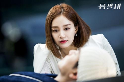 Màu son berry chưa bao giờ là cũ trong phim Hàn. Kim Tae Hee sắc sảo cuốn hút trong hình ảnh của một cô nàng sang trọng và quyền lực.