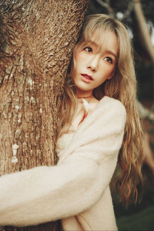 Cô nàng xinh tươi với khuôn mặt trắng hồng hoàn hảo và rất đỗi tự nhiên. Taeyeon áp dụng trào lưu đánh má hồng nổi bật trong năm nay kết hợp với màu tóc khỏi để làm bật phong cách Di-gan của cô nàng.