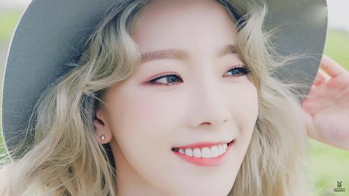 Sở hữu một lượng tài khoản theo dõi đông đảo trên Instgram, không lúc nào là những bức ảnh của nàng Kim Taeyeon là không hết hot. Cô trưởng nhóm xinh đẹp của nhóm nhạc quốc dân SNSD sở hữu nụ cười sáng và khuôn mặt baby. Năm 2015, Taeyeon khiến fan phát sốt với hình ảnh xinh đẹp không góc chết trong MV solo đầu tay I.