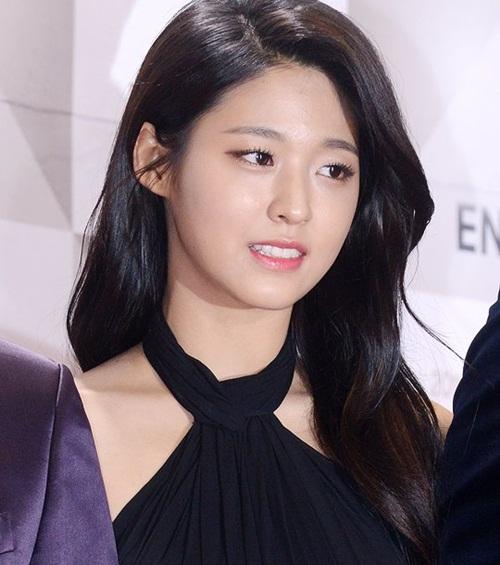 'Bản sao Suzy' bị ném đá vì là bình hoa di động khi làm MC