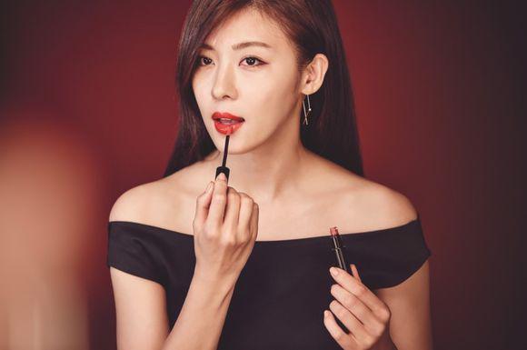 Ha Ji Won cũng đang là gương mặt đại diện của son Giorgio Armani. Sản phẩm cô hay dùng làEcstasy Lacquer