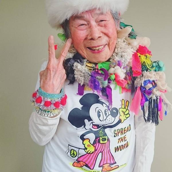 Các trang phục của cụ bà chủ yếu theo phong cách Saori, một xu hướng thời trang tự do ở Nhật Bản với trang phục là