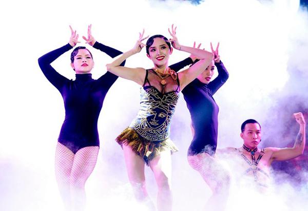 nhung-bo-vay-gay-tranh-cai-nha-1971-2226