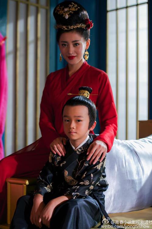 Bồng Bồng đổi kiểu tóc nặng nề, gắn đầy trang sức (rởm). Hoàng tử Hạo Nhi   cũng sẽ có dịp xuất hiện nhiều hơn một chút.