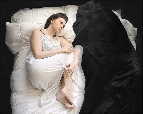 Katie bắt đầu bị mất ngủ và rơi vào hội chứng sợ bóng đêm. Luôn có một bóng ma chập chờn vây quanh cô mỗi khi đêm xuống.