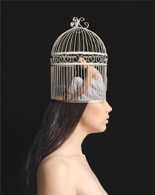 Tâm trí của cô như bị giữ chặt trong một chiếc lồng, nơi cô cảm thấy sợ hãi và buộc phải che giấu cảm xúc của bản thân.