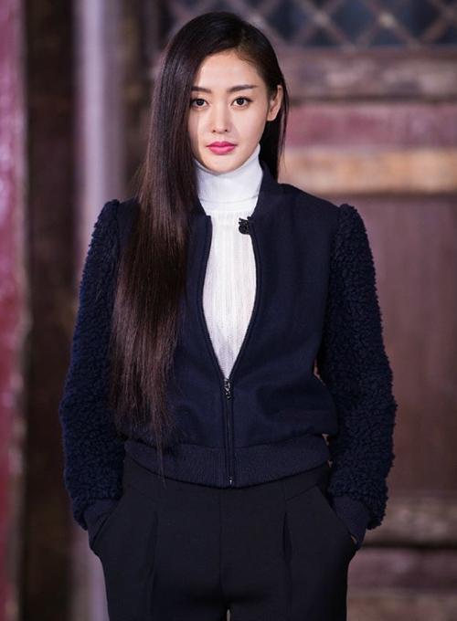 Ngoài đời, Thiên Ái dịu dàng thùy mị hơn Bồng Bồng nhưng do nhập vai quá   sâu, cô nàng không ít khi thể hiện cá tính mạnh mẽ qua cách ăn mặc, cử chỉ và   biểu cảm.
