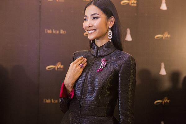 Hoàng Thùy chia sẻ, toàn bộ trang phục, phụ kiện cô khoác lên người có tổng giá đến hơn 7 tỷ đồng. Trong đó, chiếc váy ChanelShanghai Metier dArt Collection