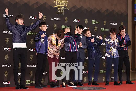 krystal-khoe-vai-tran-goi-cam-exo-dien-sau-o-tham-do-golden-disk-awards-6