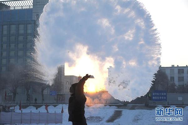 """Ngày 21/1, nhiệt độ ngoài trời ở """"thành phố băng"""" Cáp Nhĩ Tân xuống dưới mức âm 30 độ C. Khi người dân hất tung một chậu nhỏ chứa đầy nước nóng lên trời, nước nóng nhanh chóng kết thành băng."""