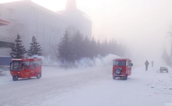 Thành phố Yakeshi ở Hulunbuir (Nội Mông Cổ) có nhiệt độ thấp nhất là âm 47,7 độ C trong ngày 19/1. Đường phố băng sương mờ mịt, tầm nhìn không đến 100m.
