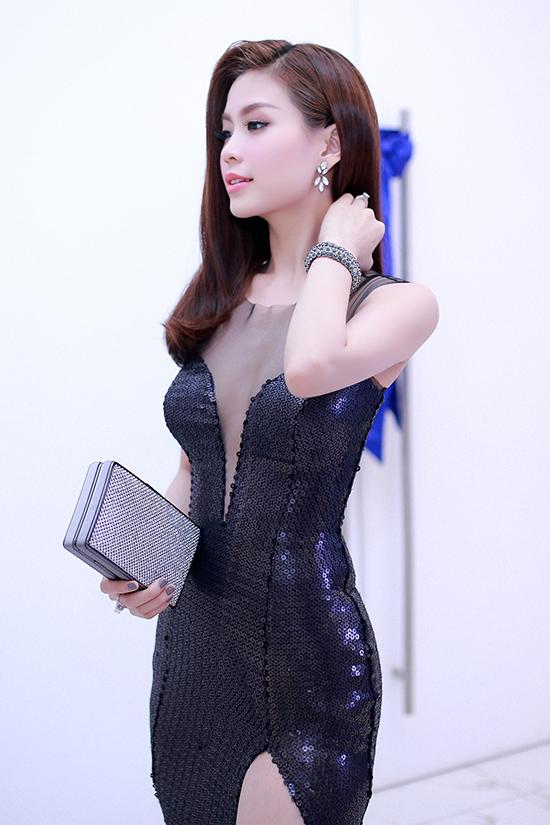 Diện một sáng tạo của NTK Anh Thư, Diễm Trang tấn công thị giác bằng khoảng hở rất sexy như xẻ đùi hay cổ V. Cô mix cùng clutch của thương hiệu BCBGmaxaria và giầy cao gót của Jimmy Choo.