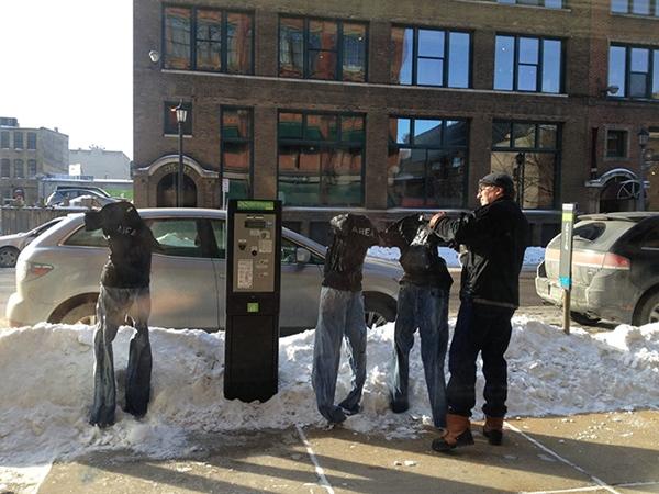 Trào lưu này được khởi xướng bởi một người đàn ông tên Tom Grotting, khi anh nhận ra thời tiết ở nơi đây lạnh đến nỗi chỉ cần đặt chiếc quần jean giữa đường phố thì nó cũng tự động đông cứng và đứng thẳng.