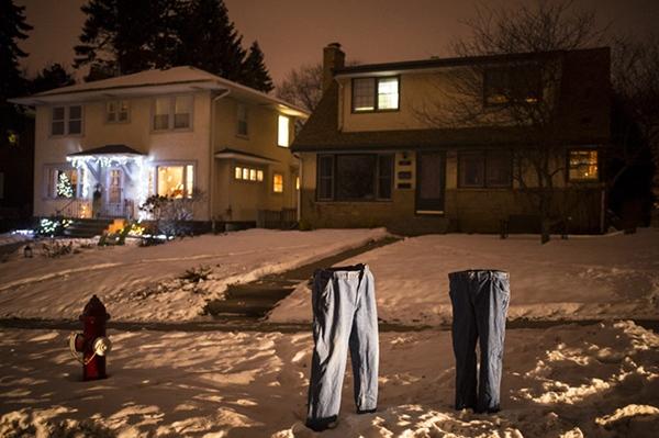 Trong đêm tối, những chiếc quần không người mặc vẫn dựng đứng thật sự khiến nhiều người sởn gai ốc.