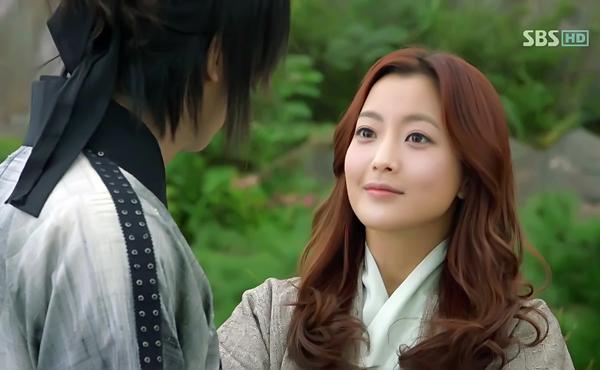 Sau khi lấy chồng sinh con, Kim Hee Sun trở lại màn ảnh nhỏ với bộ phim Faith. Dù   đã 35 tuổi nhưng Kim Hee Sun không hiện quá rõ chênh lệch tuổi tác với đàn em   kém 10 tuổi Lee Min Ho.