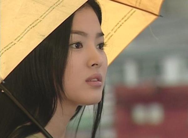 Song Hye Kyo, sinh năm 1981, nổi lên với vai chính trong drama Trái tim mùa thu năm 2000. Nhan sắc đẹp tự nhiên của Song Hye Kyo luôn được truyền thông khen ngợi và không thiếu mặt trong các bảng xếp hạng người đẹp Hàn Quốc và châu Á.