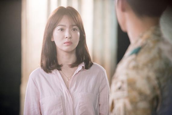 Tháng 2/2016, người hâm mộ sẽ gặp lại Song Hye Kyo qua phim truyền hình Descendants of the sun (Hậu duệ của mặt trời). Những hình ảnh được đoàn phim công bố khiến khán giả xuýt xoa ca ngợi vẻ đẹp thách thức thời gian của Song Hye Kyo.
