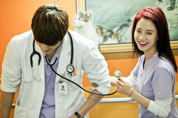 Các phim gần đây của Song Ji Hyo là Emergency Couple (2014), Ex-Girlfriend   Club (2015).