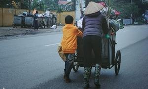 Bức ảnh ấm áp cậu bé giúp mẹ đẩy xe rác giữa ngày rét kỷ lục