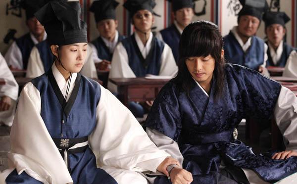 Để có tiền chăm lo cho gia đình, Yun Hee phải giả trai để làm nghề bán