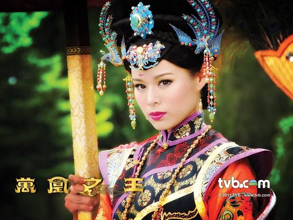Việc cô giành được trái tim vua Mân Ninh đã khiến Hoàng hậu Nguyên Uyển phải rắp tăm bày mưu tính kế hãm hại cô. Để bảo vệ bản thân mình, Ỷ Lan buộc phải tập cách thay đổi. Cô dần dần trở nên thâm độc, từng bước giết hại các đối thủ, trở thành một Vạn Phụng Chi Vương đơn độc trong lịch sử cung đình.