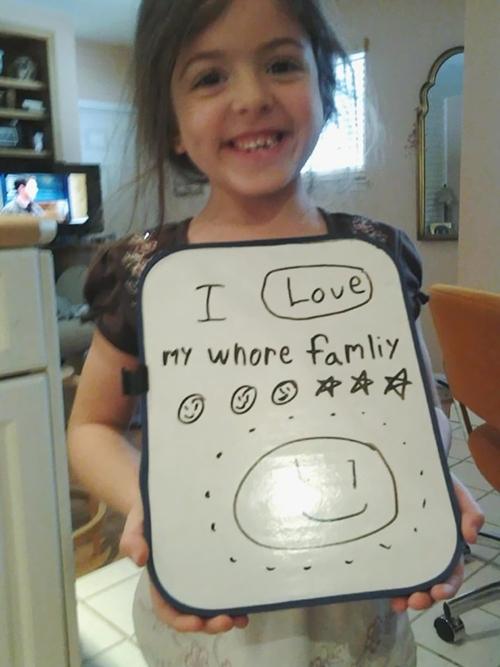 """Sự nhầm lẫn về từ của cô bé này khiến người lớn khóc dở cười dở (""""whore"""" (gái mại dâm) đồng âm với"""