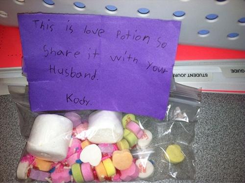 """""""Đây là thuốc tình yêu, cô hãy uống cùng chồng cô"""", một cô bé tên Kody tặng cô giáo mình nhân Valentine."""