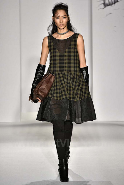 Sau khi đại thắng ở Pure London Show Hoàng Thùy tiếp tục casting cho London Fashion Week.Trong ngày đầu của tuần lễ thời trang London, Hoàng Thùy đã casting thành công show diễn lớn của NTK Paul-Costelloe.