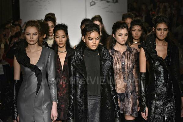 Với chiều cao 1m79 cùng gương mặt góc cạnh sắc sảo, Hoàng Thùy không hề kém cạnh khi sải bước bên cạnh những người mẫu quốc tế khác.