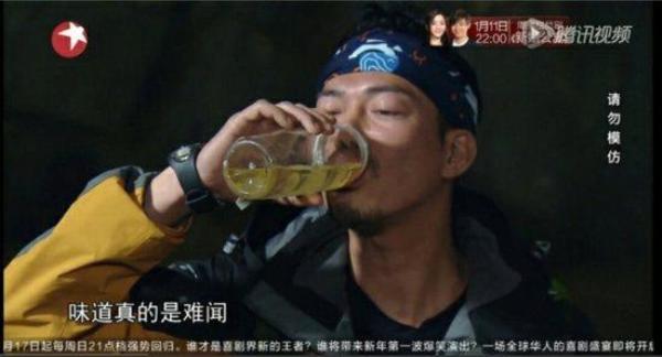 Tạ Thiên Hoa uống nước tiểu của chính mình.