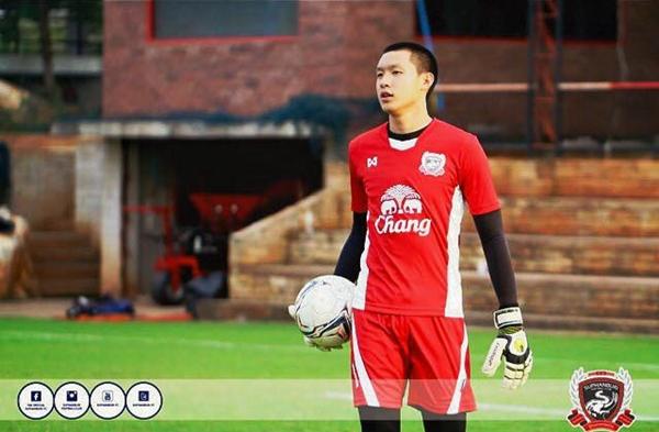 Thủ môn Boonyakiait Wongsajaem của đội tuyển Suphanburi đang dần trở thành thần tượng của nhiều fan nữ trong