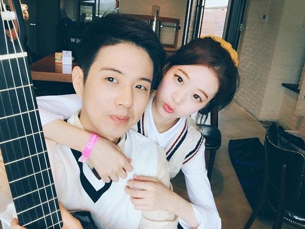 """So Young và Kuen Myung được biết đến với tên S.K.Couple từ năm 2014, được   nhiều bạn trẻ xứ Hàn ngưỡng mộ bởi ngoại hình điển trai xinh gái, rất đẹp đôi và   học trường """"đỉnh""""."""