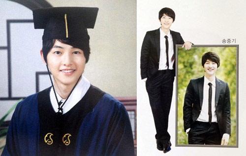 Anh đạt 380/400 điểm trong kỳ thi vào đại học và trở thành sinh viên khoa quản trị   kinh doanh trường Sungkyunkwan. Ở trường, Song Joong Ki thuộc hàng ngôi sao,   hot boy nhờ học giỏi, làm MC cho đài phát thanh trường, chủ tịch câu lạc bộ truyền   thông, kiêm người mẫu cho báo trường và quảng cáo chiêu sinh.