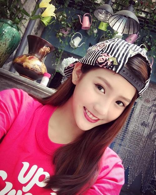 hot-girl-tra-sua-malaysia-me-do-an-vat-khi-den-viet-nam