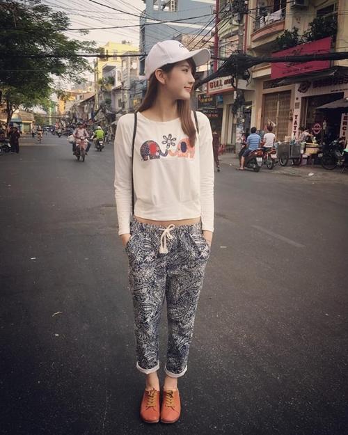 hot-girl-tra-sua-malaysia-me-do-an-vat-khi-den-viet-nam-2