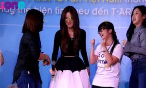 T-ara 'vật vã' thổi giấy, ép nổ bóng cùng fan Việt