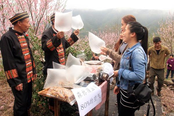 Du khách Trung Quốc lên núi mua không khí về 'thưởng thức'