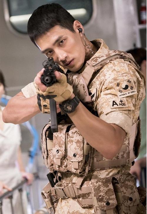 Ahn Bo Hyun, sinh năm 1988, đóng vai trung sĩ Im Kwang Nam, tuy không có nhiều đất diễn nhưng anh chàng vẫn gây ấn tượng nhờ ngoại hình bắt mắt với chiều cao 1m86 khi xuất hiện cùng dàn quân nhân.