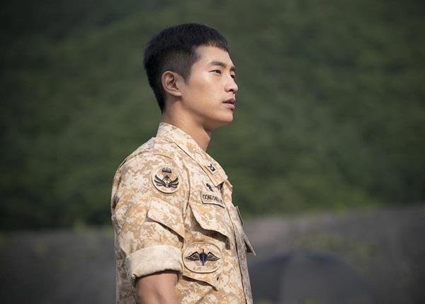 Anh lính Chul Ho với gương mặt sáng sủa điển trai được thể hiện bởi nam diễn viên sinh năm 1986 Choi Woong. Anh chàng cũng có chiều cao tới 1m83. Choi Woong từng đóng một số vai phụ và cameo trong Secret Love, Oh My Ghost, Wonderful Days.