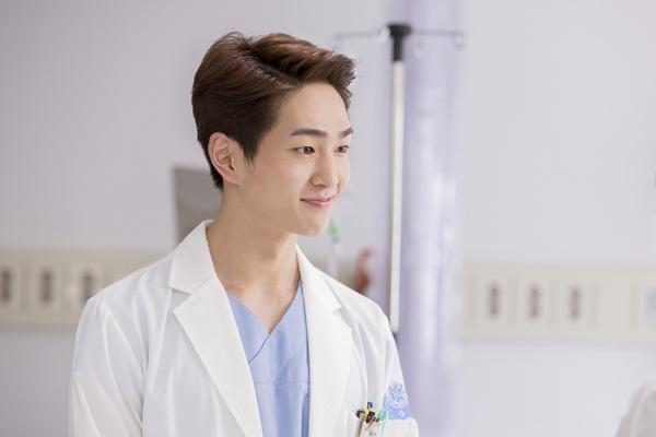 Onew (tên thật là Lee Jin Ki) đóng vai bác sĩ trẻ Lee Chi Hoon. Anh chàng nổi tiếng trong cộng đồng fan Kpop khi là trưởng nhóm SHINee. Trước Hậu duệ mặt trời, Onew từng góp mặt với vai trò khách mời trong một vài phim.