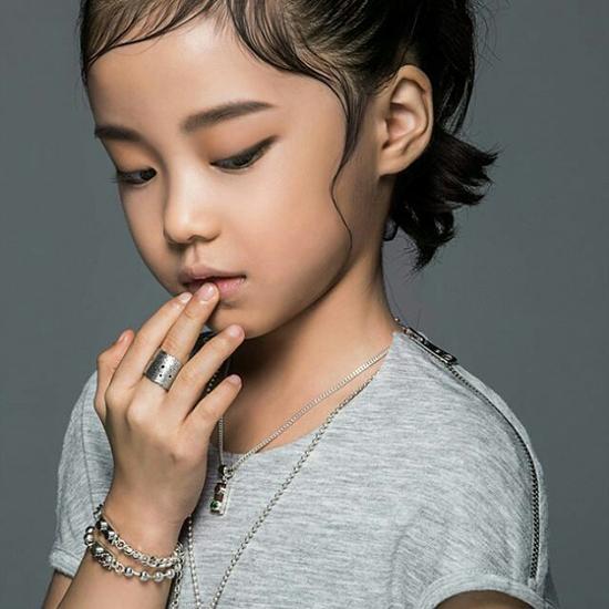 hot-girl-7-tuoi-mat-sang-chanh-noi-tieng-lang-mot-han-10