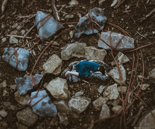Bộ ảnh siêu thực Tâm hồn của đá của tác giả An An Nguyễn (sinh năm 1992, Nghệ An) được lấy cảm hứng từ ca khúc cùng tên của nhạc sĩ Trần Lập.