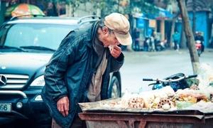 Bức ảnh cụ già ăn đồ thừa trên xe rác dễ gây rớt nước mắt