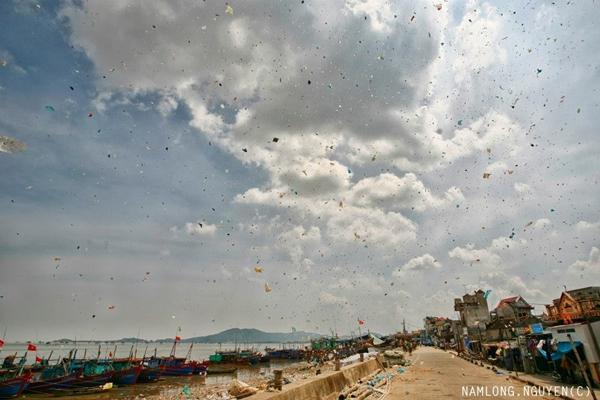 """Bức ảnh """"rác bay rợp trời"""" được chia sẻ vào ngày Trái đất khiến nhiều người phải suy ngẫm."""
